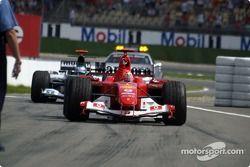 Yarış galibi Michael Schumacher arrives Parc Ferme