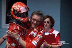 Yarış galibi Michael Schumacher kutlama yapıyor ve Paolo Martinelli