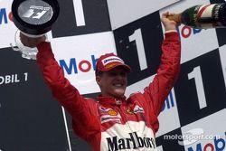 Podyum: Yarış galibi Michael Schumacher