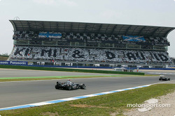 Kimi Raikkonen et David Coulthard reçoivent un bienvenue chaleureux de leur fan vers la grille de départ
