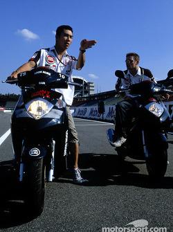 Anthony Davidson y Takuma Sato en su bicicleta Honda en Hockenheim