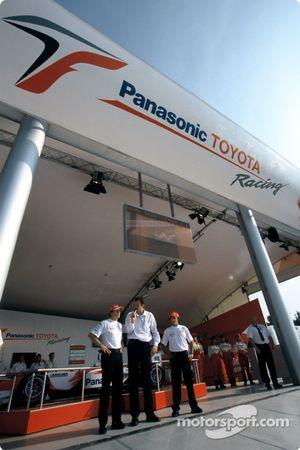 Olivier Panis ve Cristiano da Matta Toyota Racing merchandising booth