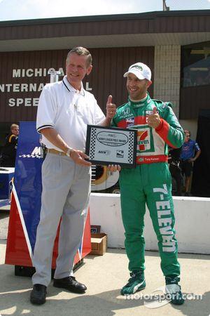 Bobby Unser offre à Tony Kanaan le trophée de la pole