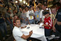 Séance d'autographes pour Bernd Schneider