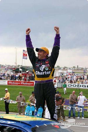 Greg Biffle fête sa victoire