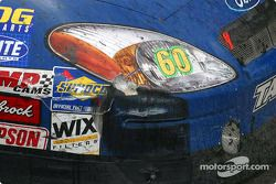 Dégâts à l'avant sur la voiture victorieuse de Greg Biffle après une collision avec Kyle Busch