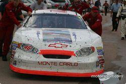 L'équipe de Aston Lewis pousse la Chevrolet n°46 RickBroome.com vers le camion après l'inspection d'après-course