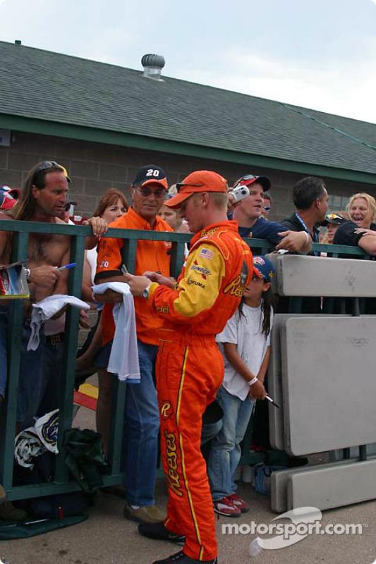 Clint Bowyer signe des autographes pour les fans après la course