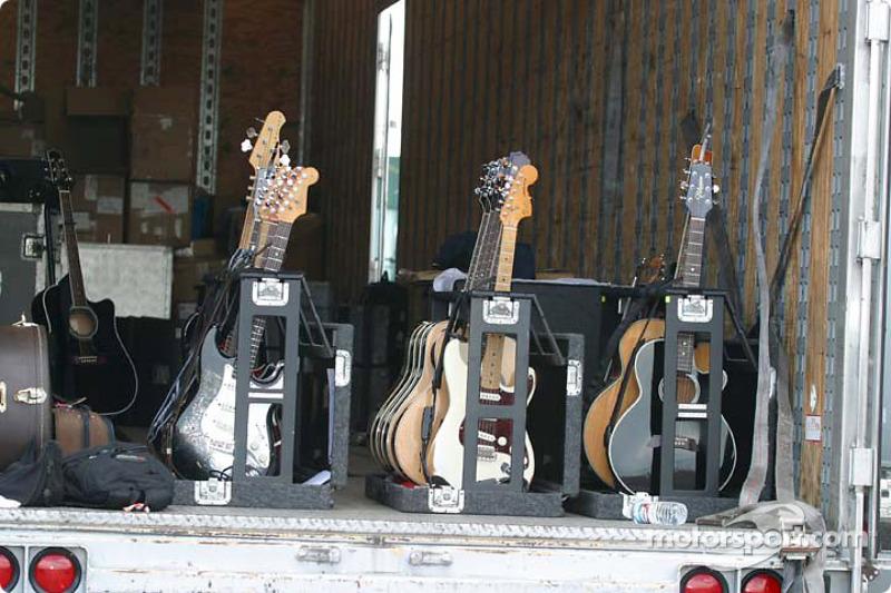 Une guitare derrière la pitlane pour le concert de Martina McBride