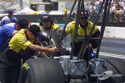 L'équipe pousse la voiture de John Smith au garage