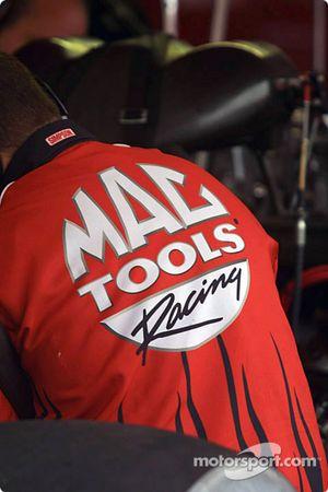 L'équipe travaille sur le dragster Top Fuel de Doug Kalitta