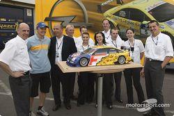 Marcel Fassler et des membres de l'équipe Opel