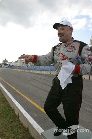 Le vainqueur Paul Gentilozzi arrive au podium