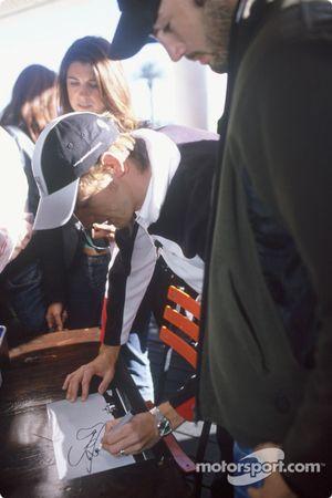 Jenson Button imza dağıtıyor