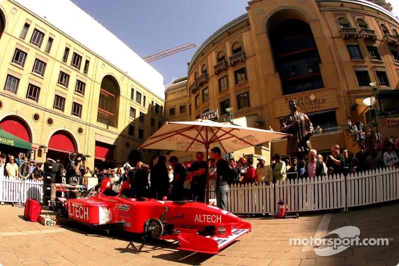 Minardi F1x2 in Johannesburg: The Minardi F1x2 in Johannesburg in the Nelson Mandela Square