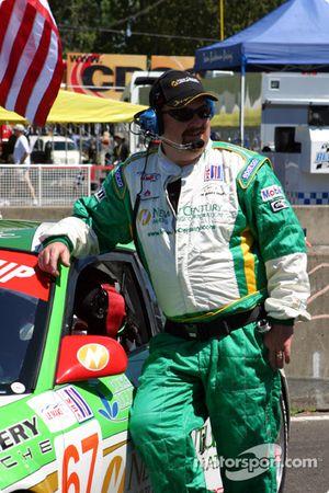 Un membre de l'équipe Racer's Group attend le départ de la course