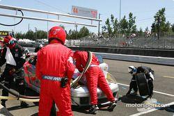L'équipe Flying Lizard travaille sur la voiture n°44