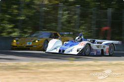 La Lola EX257 AER n°16 du Dyson Racing (James Weaver, Butch Leitzinger) dépasse la Corvette C5-R n°4