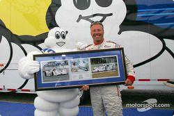JJ Lehto reçoit une pièce commémorant sa première victoire en ALMS pour Michelin (Sebring 99) et la 50e victoire de Michelin en ALMS (Portland 04)