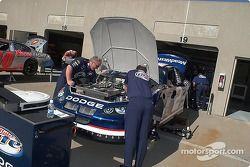 L'équipe de Rusty prépare la Dodge Miller Lite pour les essais du vendredi