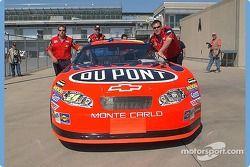 La Chevrolet n°24 DuPont se fait pousser vers l'inspection technique