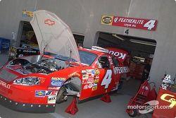 L'équipe de Jimmy Spencer prépare la Chevrolet n°4 pour les essais du vendredi