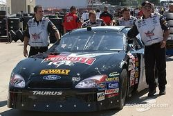 L'équipe de Matt Kenseth pousse la Ford n°17 à l'inspection technique