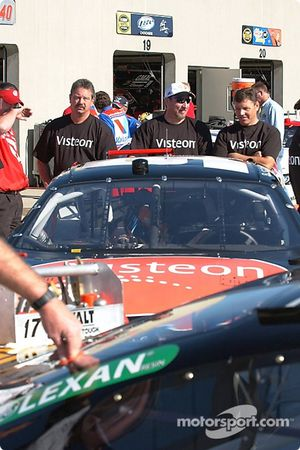 L'équipe de Bill Elliott attend l'inspection technique
