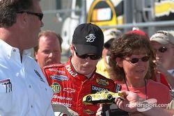 Dale Earnhardt Jr. signe quelques autographes avant les qualifications