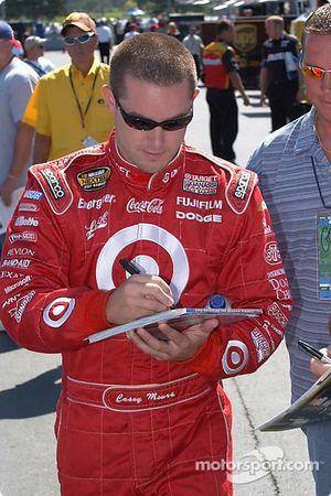 Casey Mears signe quelques autographes avant les qualifications