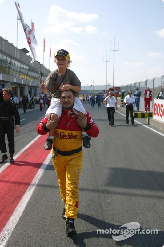 Un mécanicien Audi emmène le fils de Tom Kristensen, Oliver, sur le podium