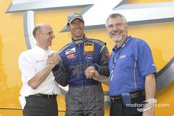 Manuel Reuter fête son podium avec Volker Strycek et le CEO d'Opel Hans H. Demant