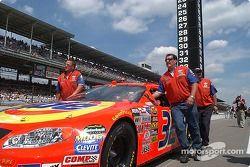L'équipe de Ricky Craven pousse sa voiture vers la grille de départ