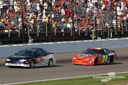 Après un incident dans le virage n°2, le Pace Car amène Jeff Gordon vers le drapeau vert à deux tour