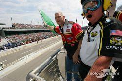 James Spencer agite le drapeau vert pour démarrer le 11e Brickyard 400