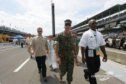 General Hagee marche dans la voie des stands