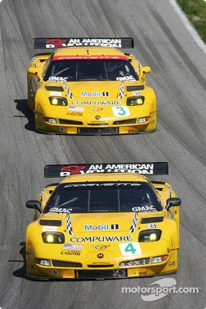 La Corvette C5-R n°4 du Corvette Racing (Oliver Gavin, Olivier Beretta) et la Corvette C5-R n°3 du Corvette Racing (Ron Fellows, Johnny O'Connell)