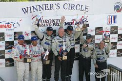 Podium P1 : les vainqueurs au général James Weaver, Butch Leitzinger et le patron Rob Dyson, avec JJ Lehto, Marco Werner, et Chris Dyson, Andy Wallace