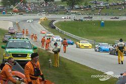 L'équipe de sécurité nettoie la piste