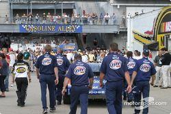 L'équipe de Rusty Wallace pousse sa voiture vers la grille de départ