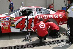 L'équipe de Casey Mears travaille sur sa voiture