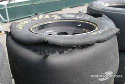Un pneu détruit