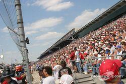 Les fans regardent les arrêts aux stands