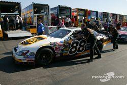 L'équipe de Dale Jarrett pousse la voiture