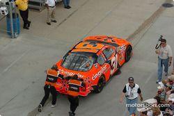 L'équipe de Robby Gordon pousse la voiture vers le garage