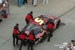 L'équipe de Terry Labonte pousse la voiture vers le garage