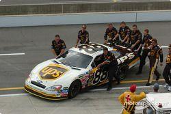 L'équipe de Dale Jarrett pousse la voiture vers le garage
