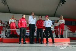 Olivier Panis, RiCardo Zonta ve Ryan Briscoe, Toyota merchandising booth