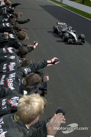 Kimi Raikkonen celebra victoria