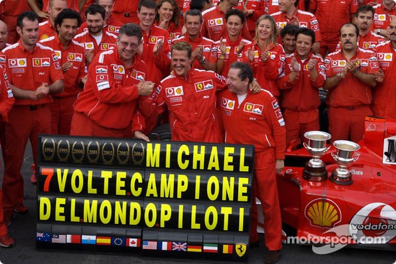 Michael Schumacher celebra 7 º Campeonato del mundo con los miembros del equipo Ferrari